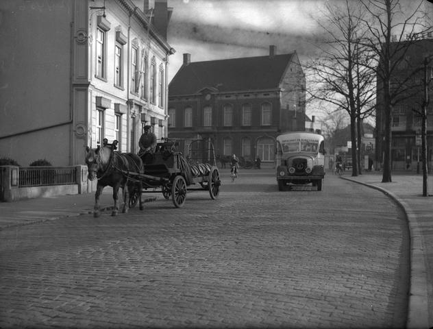 652126-bew - Straatbeeld. Paard en wagen, beladen met tonnen, passeert de pastorie. Busdienst Oirschot-Tilburg-Chaam