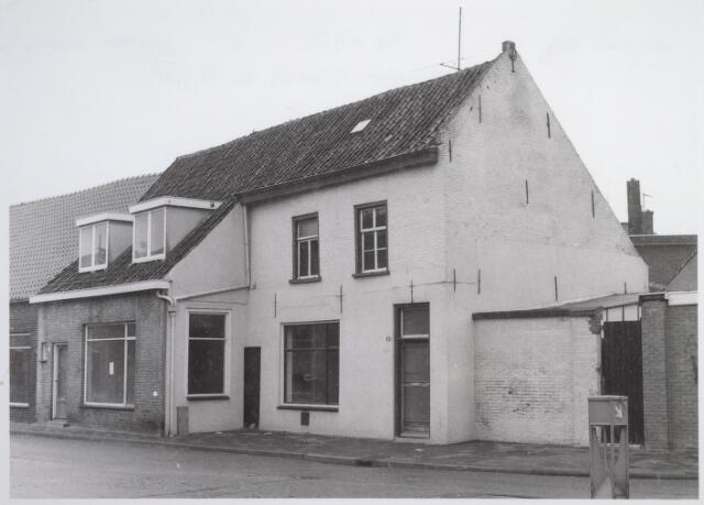 026548 - Molenstraat 1 en 3 kort voor de sloop in 1981. Op deze plaats verschenen 23 appartementen, waarvoor Bouwmaatschappij Lisman & Lisman uit Den Bosch een bouwvergunning had gekregen