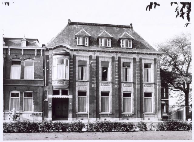 018602 - Gezondheidszorg. Pand Gasthuisring 37 waarin de Provinciale Noord-Brabantse Kruisvereniging is gevestigd. Omstreeks 1986 verhuisde de Kruisvereniging naar Berkel-Enschot, waarna er Huize Poels in ondergebracht werd.