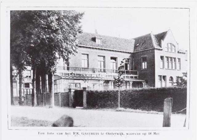 """057616 - Udenhoutseweg. Het R.K. Gasthuis. Gesticht in 1878 door pastoor H.J. van Beugen als bejaardenoord. In dat jaar werd een contract gesloten tussen pastoor en moeder Theresia van Miert stichteres van de zusters franciscanessen van Veghel. Op 28 mei 1878 arriveerden zes Veghelse zusters in het fonkelnieuwe Gasthuis met klooster. Hun opdracht luidde """"zicht te wijden aan de verpleging der zieken, de verzorging van oude mannen en vrouwen en, zoo noodig, aan de opvoeding van weesjes"""".Tussen 1965 en 1967 is dit gasthuis afgebroken t.b.v. een nieuw bejaardencentrum Ten Bijgaarde, dat inmiddels (in 2005) ook is afgebroken ten behoeve van woningen. Aan de Vloeiweg is een nieuw verzorgings- en verpleeghuis gebouwd, dat de naam """"De Vloet"""" heeft gekregen.  Deze foto is genomen t.g.v. het 50 jarig bestaan in 1927.`"""
