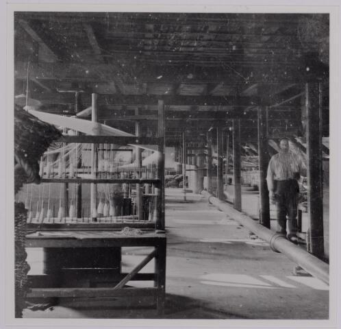 037589 - Textielindustrie. Handbediende kettingscheerinstallatie bij de Gebroeders Diepen in 1905