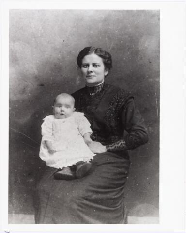 006580 - Joanna Petronella Julia van de Biggelaar geboren Tilburg 9 april 1885, echtegnote van Johannes Laurentius van Beurden geboren Tilburg 10 november 1875, overleden Weert 1932, voerman/steenkolenhandelaar met haar dochter Cornelia Maria Johanna geboren Tilburg 11 november 1914