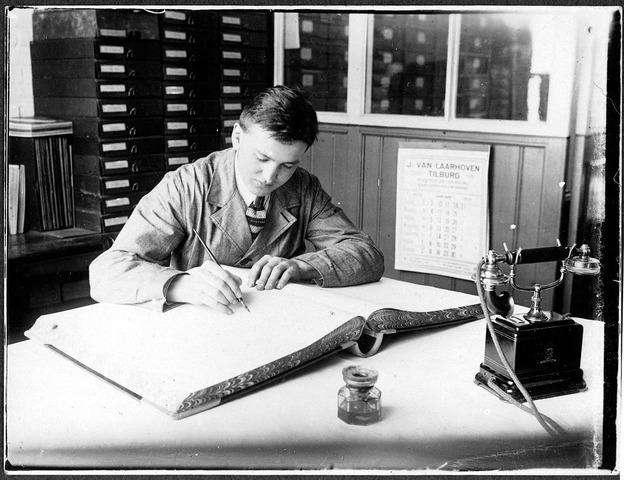 055061 - Cornelis Josephus Maria (Kees) van Belkom, geboren te Tilburg op 27 september 1905 en aldaar overleden op 9 december 1998. Hij begon zijn carrière bij drukkerij Van Laarhoven aan het Wilhelminapark en zou het daar brengen tot adjunctdirecteur.
