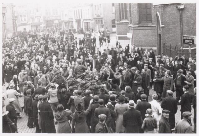 013307 - Tweede Wereldoorlog. Bevrijding. Een uitgelaten menigte heeft zich op 27 oktober 1944 verzameld bij de Heikese kerk aan de Markt. De Schotse generaal Martin schrijft later in een gedenkboek ontroerd te zijn door het enthousiasme en de vreugde van de Tilburgers