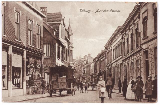 001648 - Nieuwlandstraat in zuidelijke richting. Het 'Nieulant' wordt reeds genoemd in een archiefstuk uit 1563. De verharding van deze straat vond plaats in 1767. Bijna honderd jaar later, in 1865, werd deze straat opnieuw verhard 'met vierkante keien en trottoirbanden'.