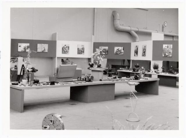038914 - Volt. Noord. Tentoonstelling i.v.m. het 25 jarig bestaan van de Volt vaklieden opleiding in september 1964. Uitstalling van door de leerlingen gemaakte producten. De tentoonstelling trok 6000 bezoekers, ook van buiten Volt.