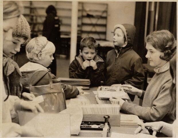 100118 - Bibliotheken. Mej Schellekens in de leeszaal van de bibliotheek in Oosterheide