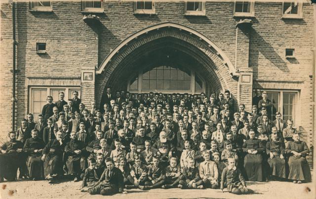 655502 - De St. Joseph's Missionary Society, ook bekend als Missionarissen van Mill Hill, is een gemeenschap van apostolisch leven binnen de Rooms-Katholieke Kerk. Deze foto: het bezoek van theoloog en bisschop Hendrikus Johannes Smit (1883-1972).
