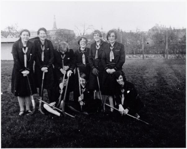 051640 - Middelbaar onderwijs. Sport. Hockeyclub/meisjeshockeyteam van het R.K. Theresialyceum op het sportveld.