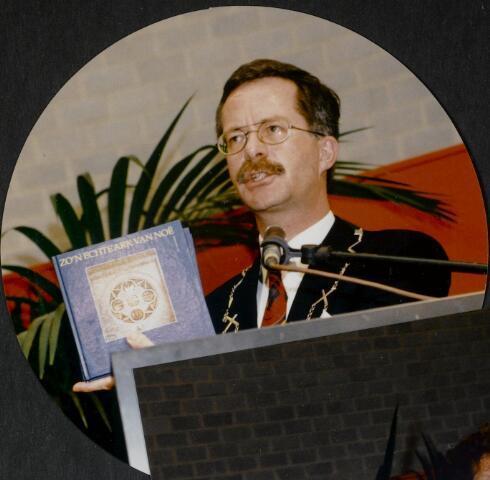 """91282 - Made en Drimmelen. De heer J. Elzinga  burgemeester van Made (1990-1997) met het boek """"Zo'n echte Ark van Noë"""" tijdens de officiële opening van het Sociaal Cultureel Centrum """"De Mayboom"""" in Made."""