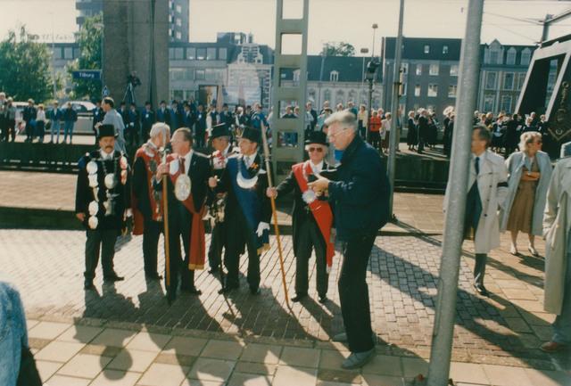 651304 - Tilburg, 125 jaar stad aan het spoor. Manifestatie. De vertegenwoordigers, de hoofdlieden en koningen van de drie gilden St. Joris, St. Dionysius en St. Sebastiaan, staan al te wachten om het gezelschap welkom te heten.