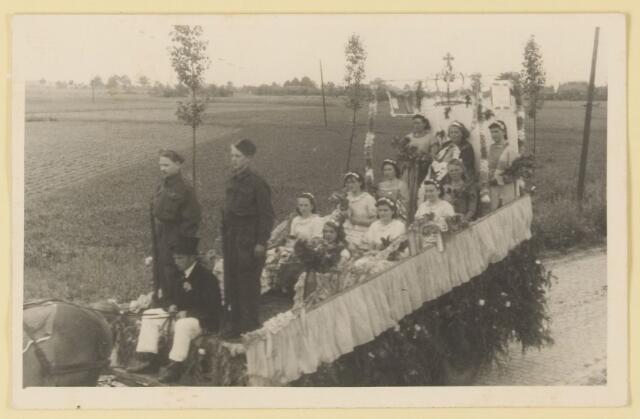 080847 - WOII; WO2; Bevrijding Udenhout 1945. De optocht. Het koninklijk gezin weer in Nederland Kreitenmolenstraat over het spoor).