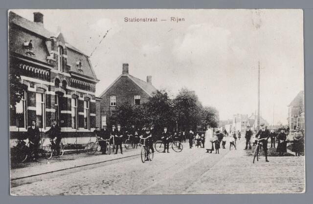 058025 - Rijen, Stationstraat omstreeks 1908. Links  de in 1905 gebouwde woning van J.P.A. Boumans (later bureau van de rijkspolitie) en daarachter het door de weduwe Van A. Boumans (moeder van eerstgenoemde) bewoonde huis. Op de achtergrond de Julianastraat. Geheel rechts een deel van het stationskoffiehuis.