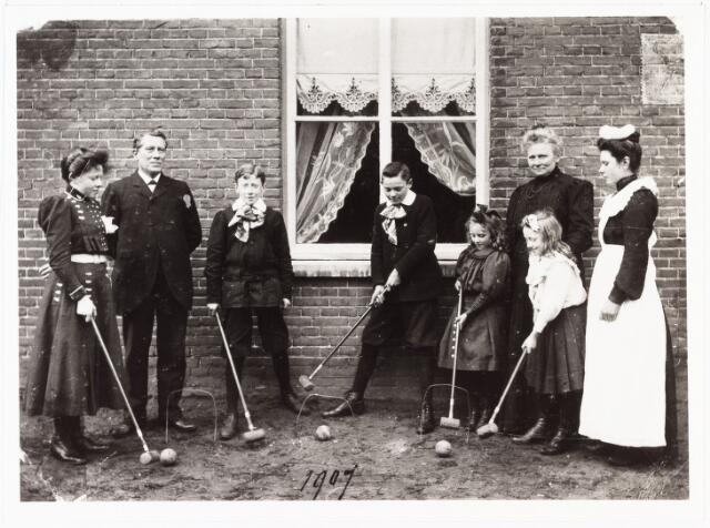 008058 - v.l.n.r. An, vader L. Verschuuren, karel, Nout nn (vriend van Karel), Net, Leta mevr. L. Verschuuren-van Hoof, Fien (huishoudster).