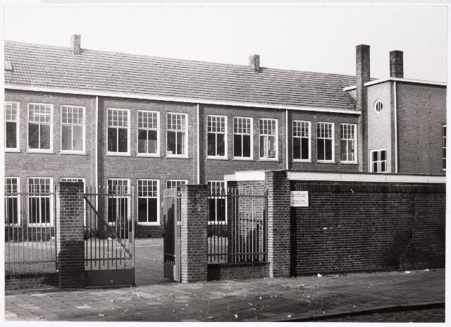 033007 - Onderwijs. Voor aanzicht van de Katholieke vormingsschool voor detailhandel aan het Stuivesantplein 72.