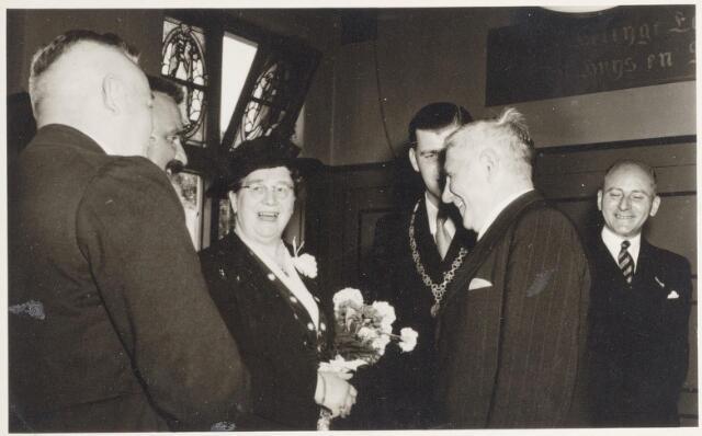 047333 - Inhuldiging en installatie van burgemeester Elsen. De receptie in het gemeentehuis aan de Kerkstraat.