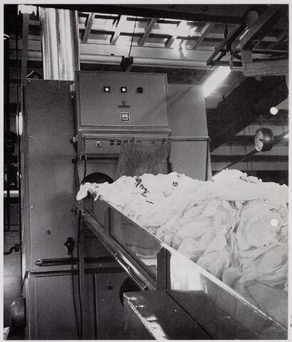 041948 - Gezondheidszorg. Hygiëne. Wasserijen en blekerijen. Wasstraat van de centrale textieldienst.