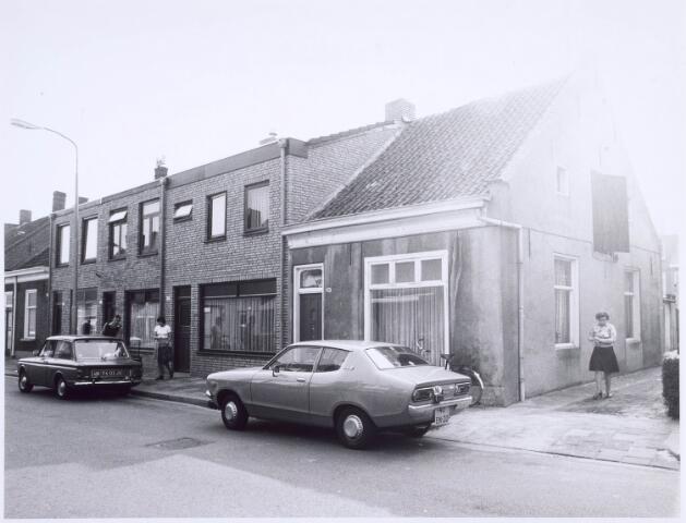 020555 - Panden Hasseltraat 121, 123, 125 en 127 (van rechts naar links). In de zijgevel van het huisje rechts een zogenaamde woldeur