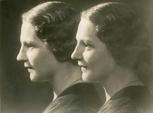 601755 - Josephina Anna Maria (Fien) van Eijck, geboren op 7 augustus 1905 te Tilburg als dochter van aannemer Josef M.C. van Eijck en Joanna J. van Pelt.Fien van Eijck huwde met handelsreiziger Frans J.J. de Bont. Fien van Eijck overleed op Goede Vrijdag 12 april 1974 te Tilburg. Dit dubbelportret van Fien van Eijck werd gemaakt door haar zwager Piet van der Schoot, fotograaf aan de Zomerstraat te Tilburg. Hiervoor werden twee verschillende opnamen van Fien vakkundig aan elkaar geretoucheerd tot één portret.