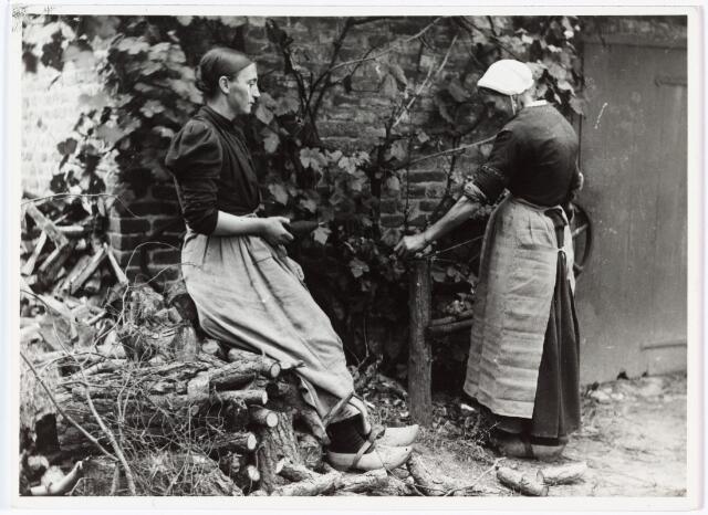 008530 - Twee spoelsters achter op het erf, gefotgrafeerd door Henri Berssenbrugge (1873-1959) begin 1900.