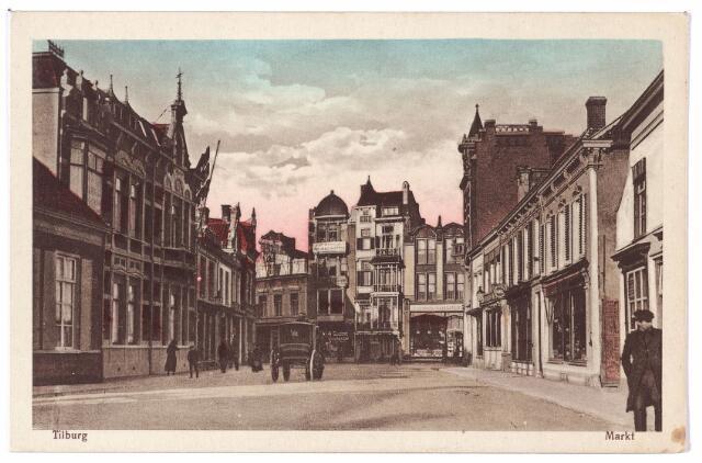 001817 - Oude Markt voorheen de Markt. Het grote pand links, Markt nr. 5 was rond 1920 het woonhuis van de weduwe Van Spaendonck-Brouwers. Vanaf 13.9.1926 zat er de afdeling bevolking, militaire zaken en de woningbeurs van de gemeente Tilburg.Vanaf 15.9.1926 bood het gebouw ook plaats aan de gemeentelijke woningbouwdienst en de stichting woningbeheer.