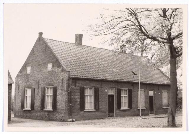 020213 - Panden Hasseltplein 45 (links) en 46 (rechts) eind 1964