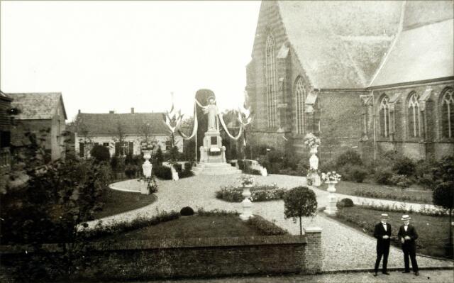 054497 - Vrijthof. Het H. Hartbeeld met omgeving. Rechts de kerk van de kerk van St. Petrus Banden. Links de leerlooierij van de firma Kuijpers.