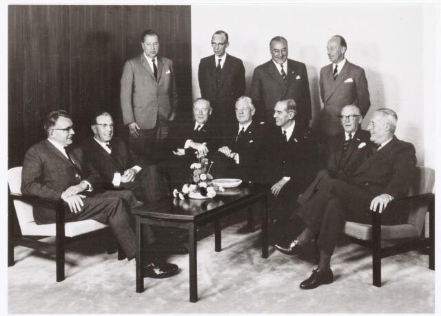 039300 - Volt. Zuid. Directie, Management, Raad van Bestuur. Groepsfoto van de Raad van Bestuur van Philips in 1967. Volt viel toen onder de Hoofd Industrie Groep R.G.T. (Radio, Grammofoon en Televisie). Zodoende had Volt het meest te maken met  Ir.A. Ooiman. Zie Volt Contact 1968. Zittend v.l.n.r.: Prof. Dr. H. B. G. Casimir verantwoordelijk voor de research.  Ir. A. Ooiman voor de sectoren R.G.T., Philite en Huishoudelijke Apparaten. De heer W. A. de Jonge de financiele expert. Dr. Ir. Th. P. Tromp, vice president van het concern. Ir. F. J. Philips, president en tevens coordinator van het sociale beleid in de Raad van Bestuur. De heer H. J. R. G. Hartong, voor de sector der niet professionele artikelen, enz.  Ir. H. A. G. Hazeu, voor de sector Licht en Elcoma produkten. Staand v.l.n.r.: De heer P. C. Breek, de leiding over het gehele administratieve gebeuren. Mr. J. R. Schaafsma, de jurist van de Raad van Bestuur, die zich speciaal richt op overeenkomsten en octrooi-zaken. Drs. P. H. le Clercq, voor de commerciele sector en Jhr. H. A. C. van Riemsdijk voor de commerciele sector.