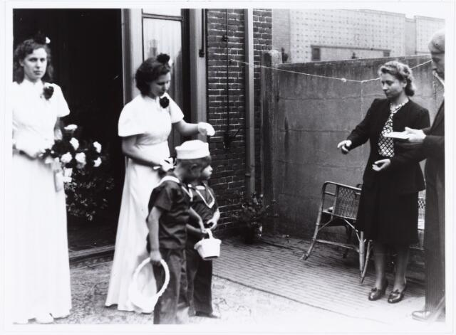 007272 - Alb.F.W.M. Kneepkens (apotheker) en Riet H.C. de Pont. Huwelijksinzegening op 2 mei 1942 te 10.00 in de kerk van het Heilig Hart Noordhoek Tilburg.