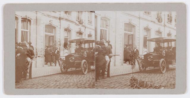 053269 - Koninklijke bezoeken. Prins Hendrik, ere-voorzitter, bij de Sociëteit Nieuwe Koninklijke Harmonie in de Stationsstraat.