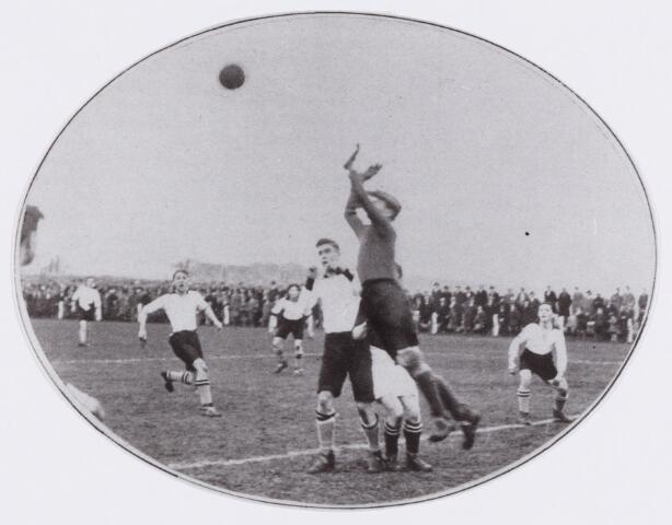 054132 - Sport. Voetbal. LONGA. Longa klopt M.V.V.. Een moment voor het Maastrichtse doel.