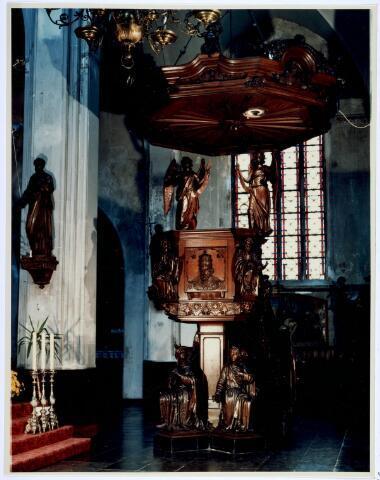 019664 - Kunstschatten; kerkschatten.  Eikenhouten preekstoel uit 1850 in de Goirkese kerk. Het werd vervaardigd door G.B. Peeters uit Atnwerpen naar een ikonografisch ontwerp van pastoor Wilhelmus van de Ven. De vier knielende figuren symboliseren de werelddelen Europa, Azië, Afrika en Amerika. Op de hoeken van de kuip de afbeeldingen van vier evangelisten. In 1912 werden onder leiding van P. Cuijpers wijzigingen aangebracht, waarbij verscheidene oorspronkelijke ornamenten zijn verwijderd