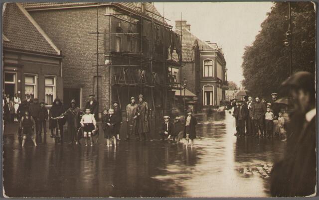 011239 - Overstroming van de westzijde van het Wilhelminapark. In de steigers het pand van wollenstoffenfabrikant Frederik M.H. Swagemakers. Links daarvan het huis van de familie Schijns.