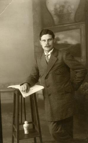 091951 - Abraham van Meenen geboren te Tilburg op 22 maart 1893, zoon van ketelmaker Willem Frederik van Meenen en Neeltje Martina Riede.