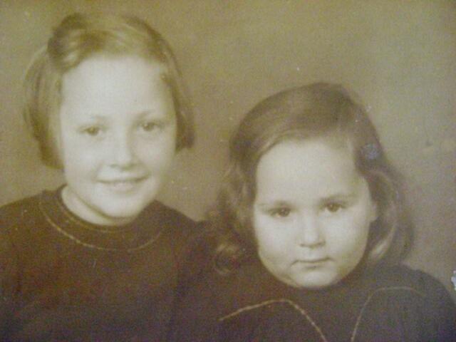 604535 - Anna Gompers (links), geboren op 29 augustus 1932 in Tilburg en overleden op 11 juni 1943 in het concentratiekamp Sobibor, Polen.  Maria Anna Gompers (rechts), geboren op 8 september 1936 in Tilburg en overleden op 11 juni 1943 in het concentratiekamp Sobibor, Polen. De twee zusjes Gompers (Anna en Maria) werden samen met hun moeder (P. Gompers-Hollander) gedeporteerd op 9 april 1943. Hun  vader (Joseph Gompers) was sinds 31 juli 1942 geïnterneerd in een werkkamp in Nijverdal en werd vandaar uit naar Westerbork overgebracht. Hij overleed op 28 februari 1943.