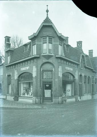 """653758 - Middenstand. Exterieur van """"De Spar"""" op de hoek van de Hasseltstraat en de Kwaadeindstraat."""