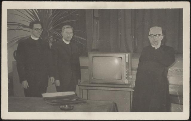 603977 - Opschrift foto: Bij mijn afscheid als pastoor, sept. '63, rechts waarsch. pastoor Janssens van parochie Gasthuisring