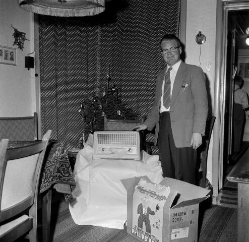 050689 - Uitreiking: radio aan KAB-lid dhr. A. van den Breugel, Hasseltstraat 150b Tilburg.