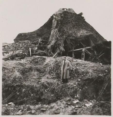 083780 - WOII; WO2; Boerderij in Brakel. Oorlogsschade als gevolg van mislukt Amerikaans bombardement van 20 oktober 1943.