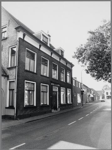 """88695 - Rijksmonument Raadhuisstraat 26 """"Het Hooghuis"""". Herenhuis in Empirestijl, rond 1800 (deeld) herbouwd. Woonhuis laatste schout tevens eerste burgemeester, notarissen  en huisartsen."""