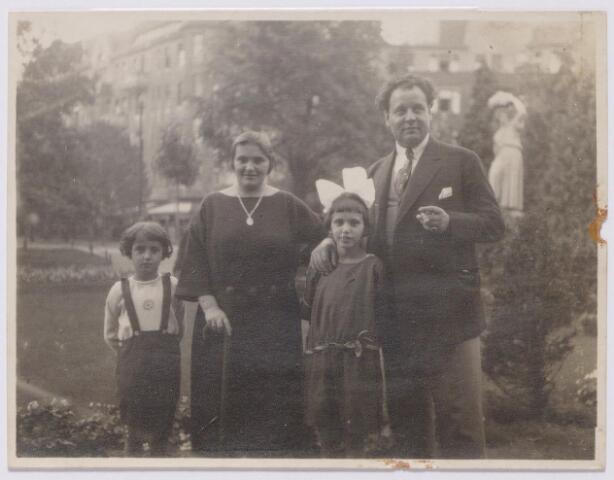 044640 - Operazanger Louis van der Sande, geboren te Tilburg op 15 april 1887 met zijn gezin in Berlijn. Van links naar rechts zijn zoontje Jan, geboren te Grave in 1917, zijn vrouw Thea van Hees, geboren te Grave op 25 januari 1888 en zijn dochter Wilma, geboren te Grave op 20 oktober 1915.