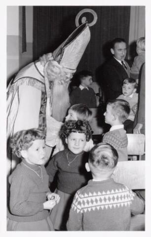 038709 - Volt. Oosterhout. Sint Nicolaasviering voor de kinderen van het personeel in 1960. Fabricage- of productie vond in Oosterhout plaats van april 1951 t/m 1967. Sinterklaas. St. Nicolaas