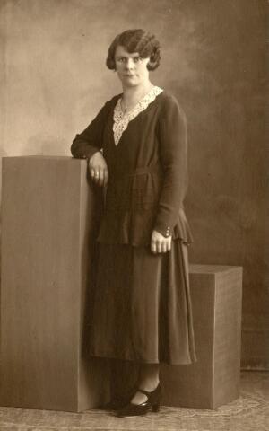 600983 - Cornelia Maria Lombarts, geboren te Baardwijk op 4 augustus 1901, dienstbode bij kolenhandelaar Van Brunschot aan de Spoorlaan.