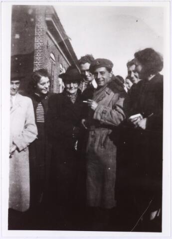 012262 - Tweede Wereldoorlog. Bevrijding. Aalmoezenier Leo Laureijssen en zijn moeder. De pater, lid van de Congregatie van Lazaristen, was actief in het (Franse) verzet en hielp mee aan de bevrijding van zijn geboortestad