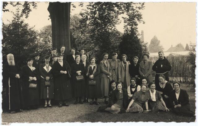 005724 - retraite dames in de jaren dertig. In het midden achter de twee dames met handtas Marie Smits geboren te Tilburg 2 januari 1885.