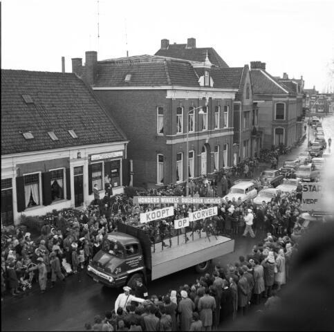 650441 - Optocht van de winkeliersvereniging 'Korvel Vooruit' aan het Wilhelminapark, omstreeks 1955. Geheel links de panden Wilhelminapark 35 en 34 (v.l.n.r.).