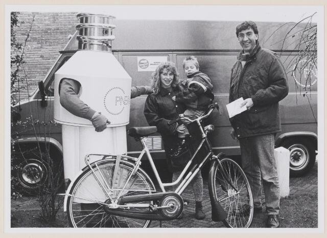 078739 - Kaatsheuvel. Spaarlampenactie overhandiging fiets aan mevr. Dekkers uit Kaatsheuvel.