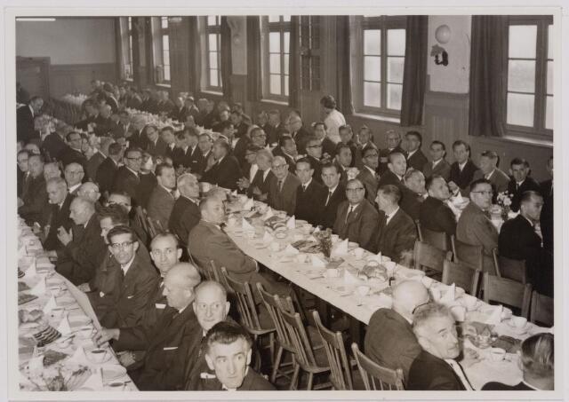 041109 - Vakbeweging. Op 31 augustus 1963 vierde de R.K. Bond Werkmeesters afd. Tilburg het 50-jarig bestaan. 1e een Solemnele H. Mis in de parochiekerk st. Jozef. 2e een feestelijk ontbijt in het parochiehuis aan de Veemarktstraat. 3e herdenkingsbijeenkomst in het Chicago-Theater. 4e Officiële receptie in de zalen van café-restaurant Th. van Broekhoven (Smidspad 42) 5e Feestavonden op 7 t/m 9 september 1963 met uitvoering Operette 'Rumoer in Weinbach'. foto: koffietafel