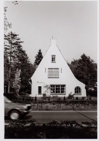 """046585 - """"De Randhoeve"""" aan de Tilburgseweg op de hoek van de Heiningenstraat, gebouwd in opdracht van de Goirlese textielfabrikant Cornelis H. Peijnenborg. De bouwvergunning werd verstrekt op 12 december 1938. Het pand werd gebouwd onder architectuur van B.J. Koldewey. Bewoner was o.a. tandarts Carel C.M.J. Eijgenraam. Hij was getrouwd met een dochter van voornoemde Peijnenborg, Maria A.A. Peijnenborg."""