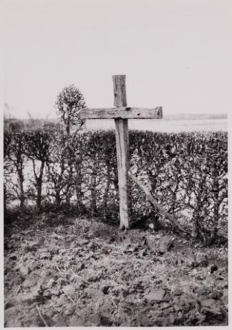 084423 - Kruis aan de Groot Westerwijk in Hilvarenbeek, herinnering aan hertogin Johanna van Brabant, die uit dankbaarheid de bewoners van de Westerwijk het vruchtgebruik gaf van ruim 64 ha. moer- en turfvelden in het Donkven.